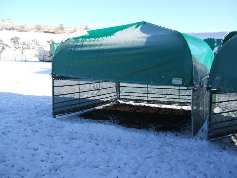 Weideunterstand mit Windschutznetzen im Schnee